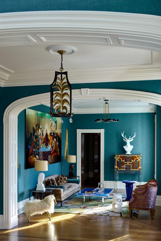 mały salon wklimacie lat 80 zbrązową sofą dużym niskim szklanym stolikiem