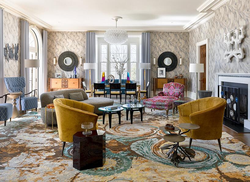 wnętrze salonu zwzorzystym dużym dywanem zwieloma kolorowymi siedziskami wklimacie lat 80
