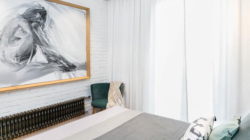 steampunk meble wjasnej sypialni zdużym obrazem wdrewnianej ramie
