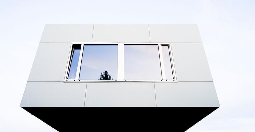 biały Wormhouse Dom robak projektu Piotra Kuczia wysunięta część zdużym oknem