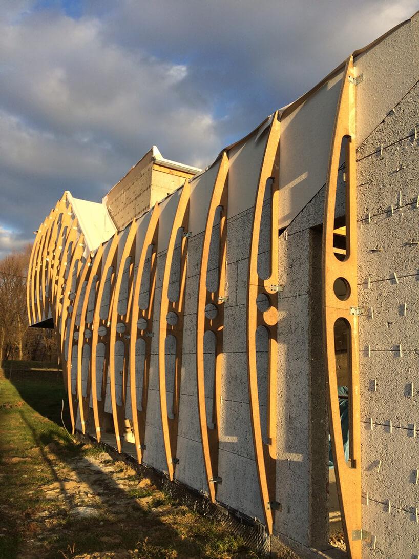 Wormhouse Dom robak projektu Piotra Kuczia drewniane profile na zewnętrznej ścianie budynku