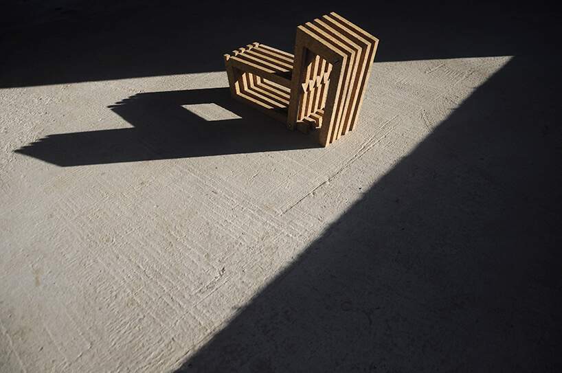 Wormhouse Dom robak projektu Piotra Kuczia skręcony zelementów płyty OSB model na betonowej posadzce