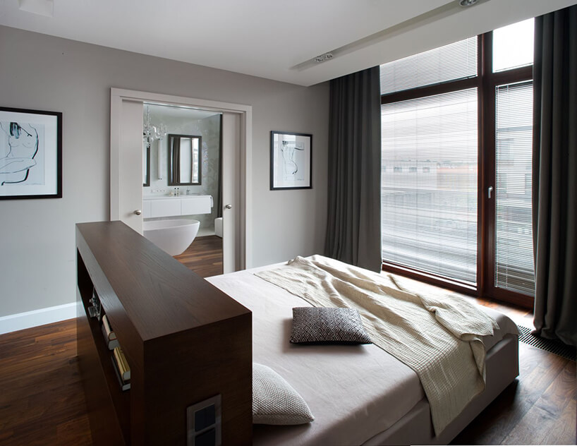 wyjątkowa elegancka sypialnia złóżkiem zpośrodku pomieszczenia