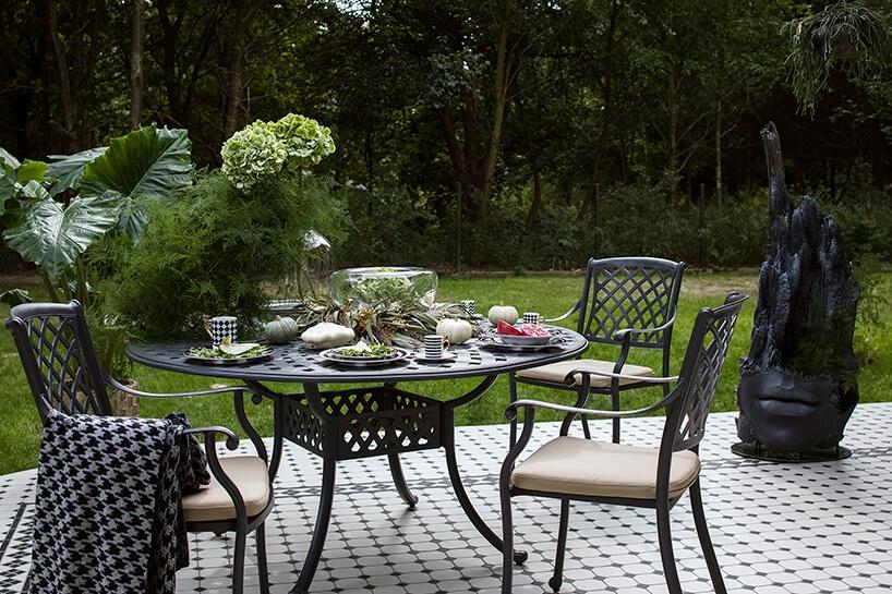 taras ogrodowy zszarymi meblami stylizowanymi na stare