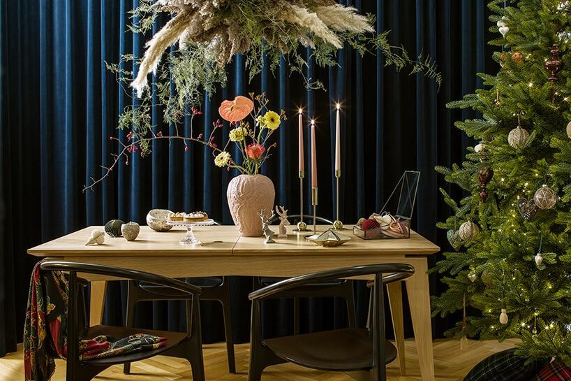 dębowy stół przy długiej granatowej kotarze