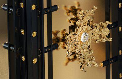 złota koronka na zamknięciu drzwi sejfu
