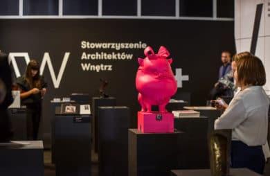 stowarzyszenie architektury wnętrze różowa statuetka