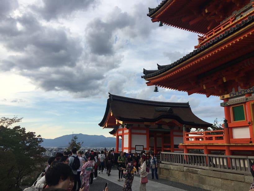 zdjęcie dwóch budynków wklasycznym japońskim stylu