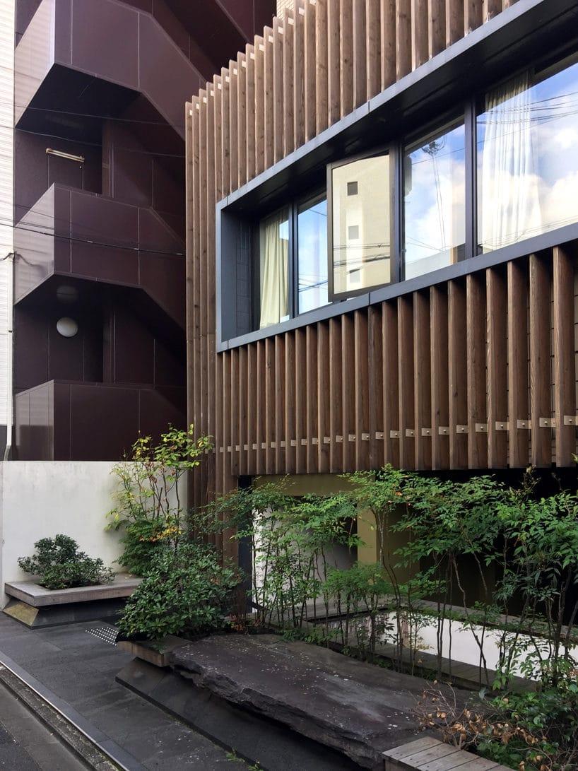 budynek wjednym zjapońskich miast zwyjątkowym drewnianym wykończeniem