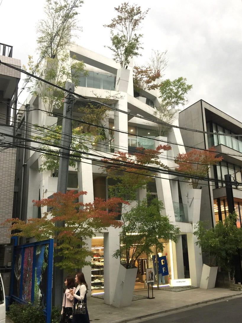nowoczesny budynek przy jednej zulic wJaponii