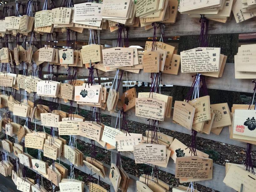 wiele wiszących tabliczek zapisanych różnymi rzeczami wróżnych językach