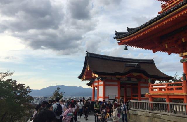 zdjęcie dwóch budynków w klasycznym japońskim stylu
