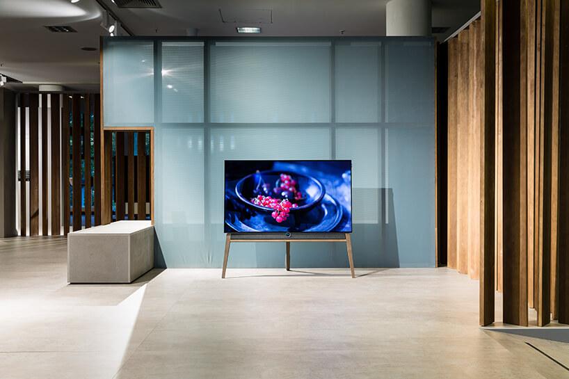 elegancki telewizor ma drewnianych nogach jak sztaluga