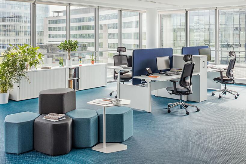 wnętrze biura wpastelowych odcieniach