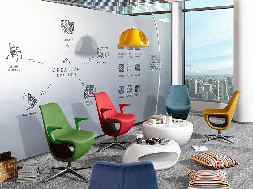 różnokolorowe fotele istoliki wbiurze