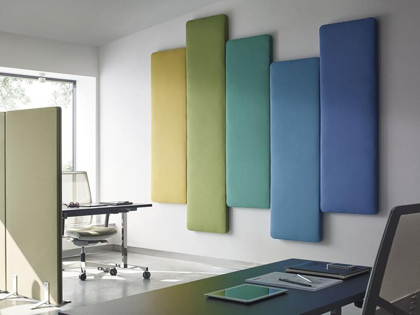 różnobarwne obicia na ścianie