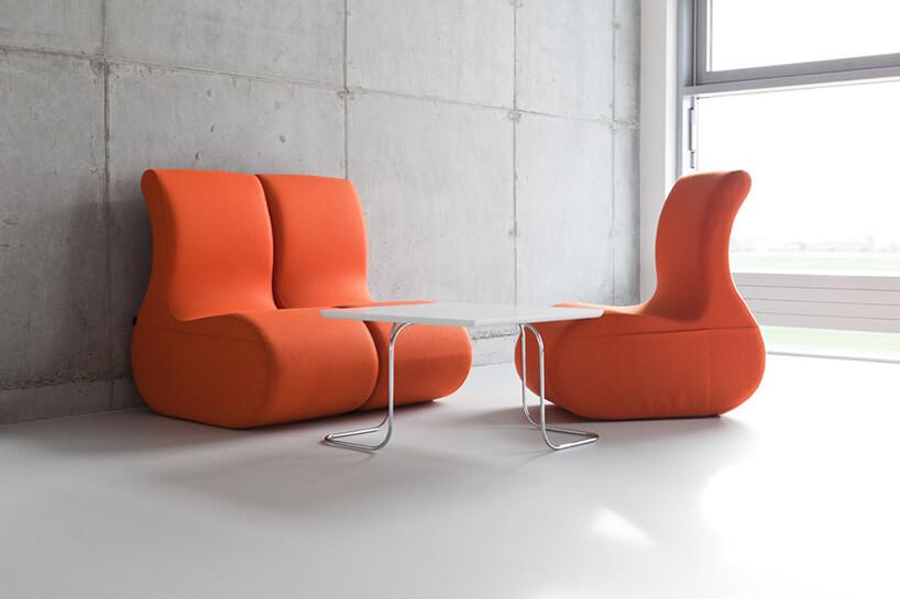 trzy pomarańczowe fotele