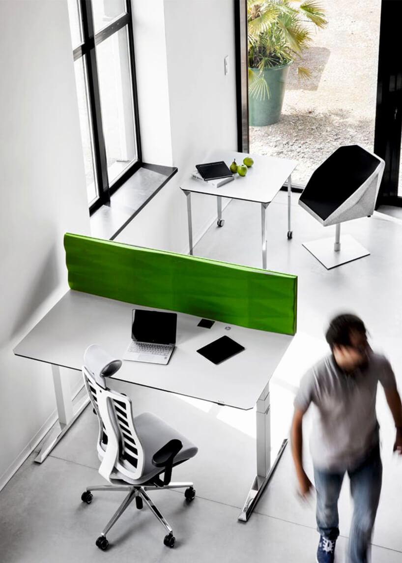 zielona ścianka akustyczna na biurku