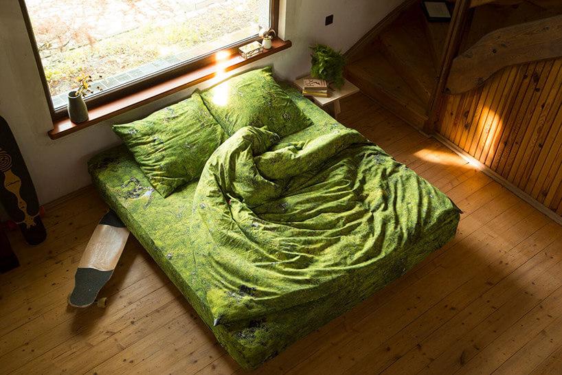 zielona pościel na łóżku
