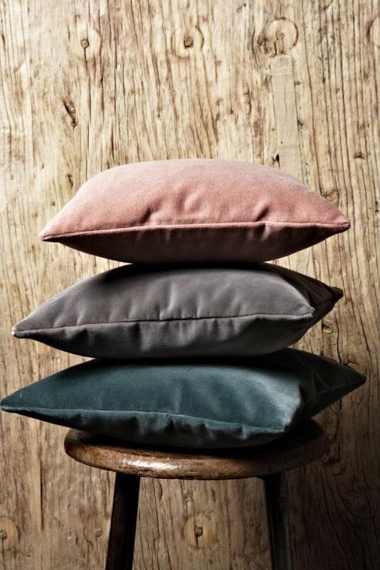 3 różnokolorowe poduszki ułożone wstos