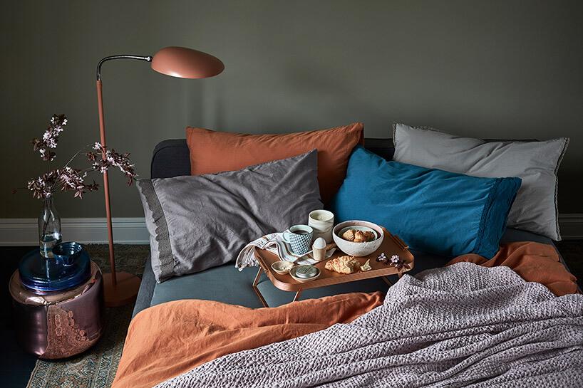 taca ze śniadaniem na rozgrzebanym łóżku