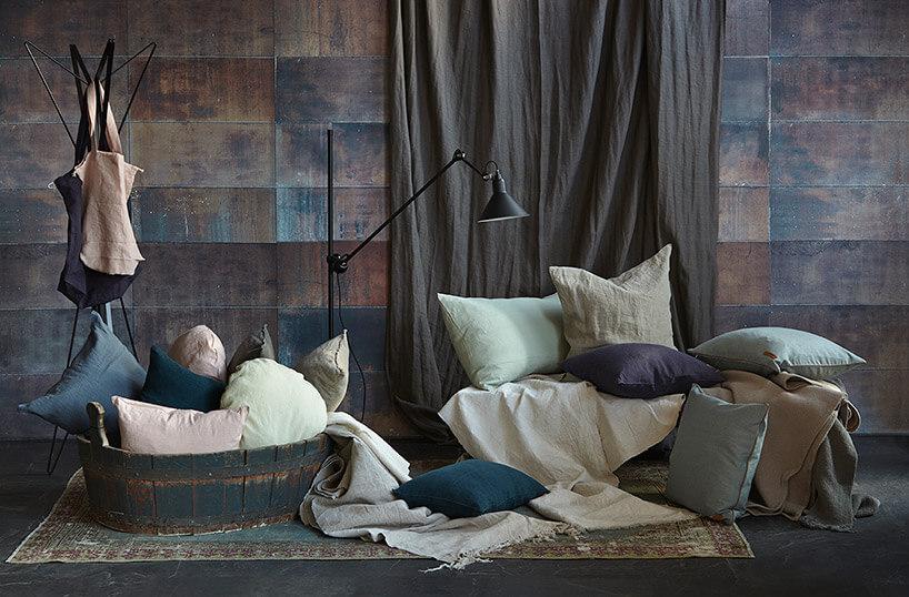 improwizowane pomieszczenie zrozrzuconymi poduszkami