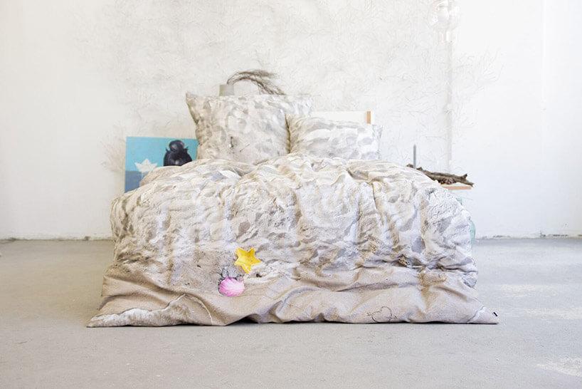 beżowa pościel leżąca na łóżku