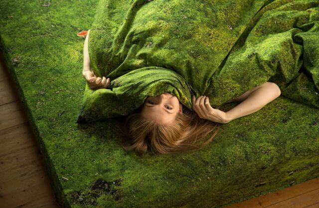 kobieta w pościeli wyglądającej jak trawa