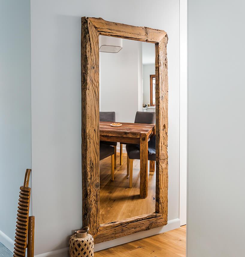 rama do luster ze starego drewna wszarym przedpokoju