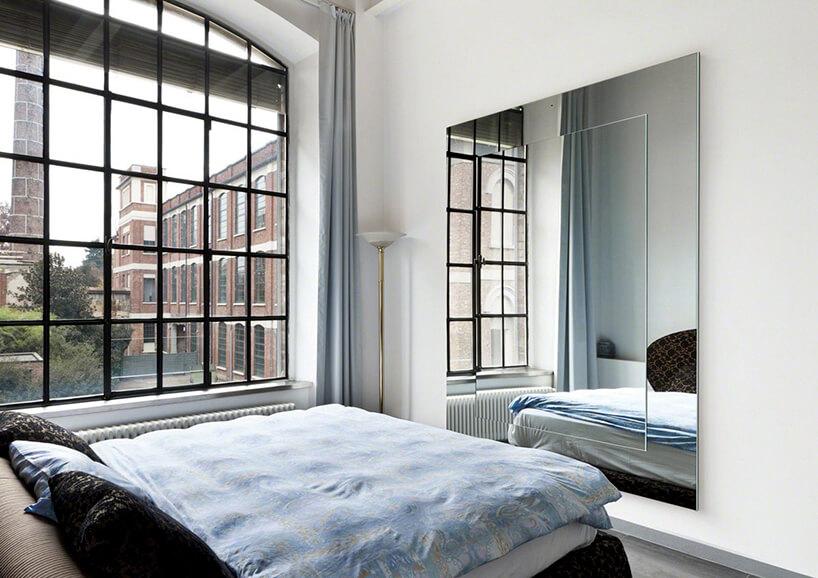 rama do lustra zlustra wsypialni zdużymi pofabrycznymi oknami