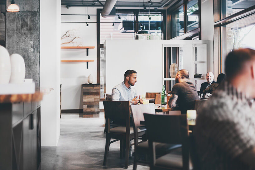 klienci restauracji siedzący przy stolikach
