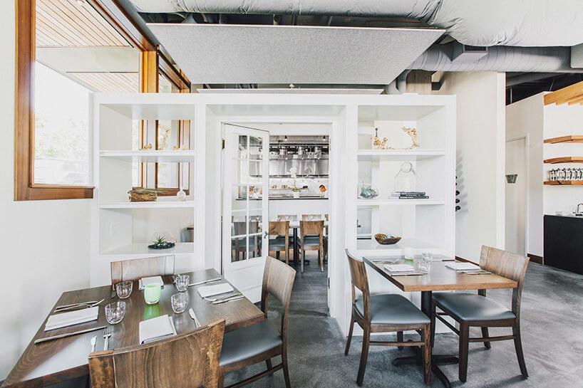 przygotowane stoliki na tle białej szafki