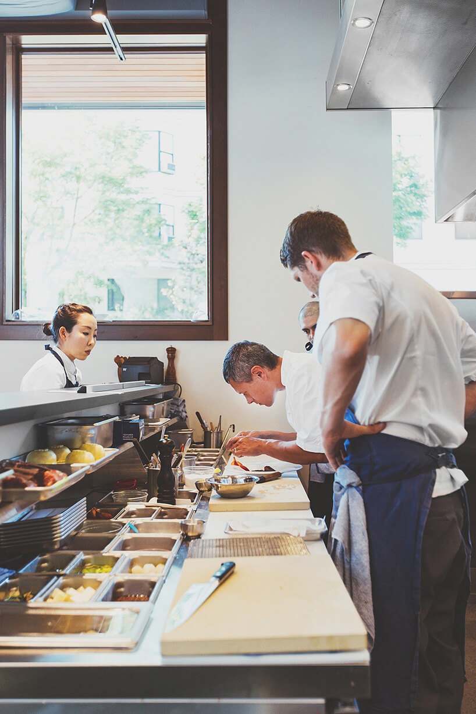 kucharze przyglądający się pracy szefa kuchni