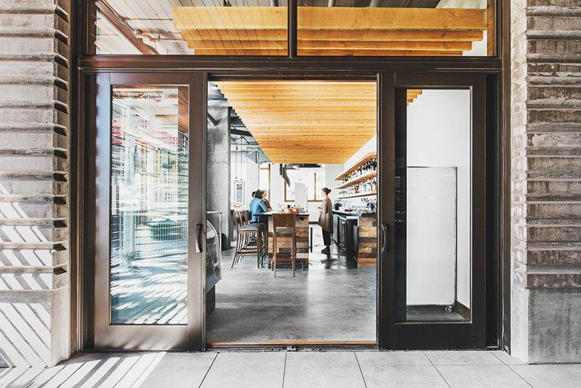 wejście do restauracji poprzez brązowe drzwi