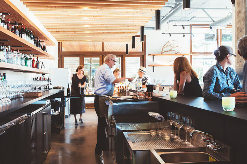 bar podczas obsługiwania klientów