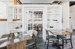 stoliki w restauracja na tle białych półek