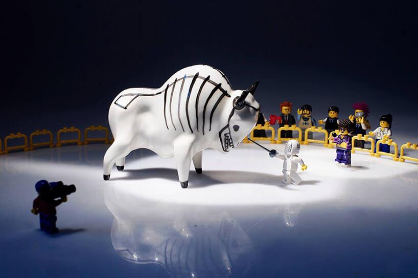 ceramiczna rzeźba Żubra waranżacji zludzikami Lego
