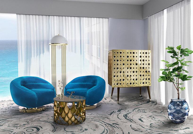 dwa niebieskie fotele na jasnym dywanie