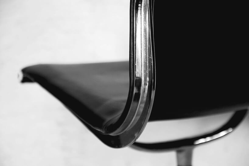 srebrny stelaż czarnego fotela