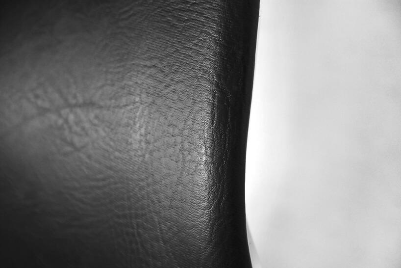 oparcie czarnego fotela zbliska
