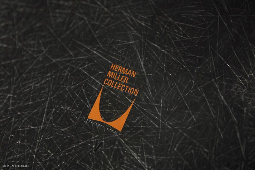 pomarańczowe logo Herman Miller Collection