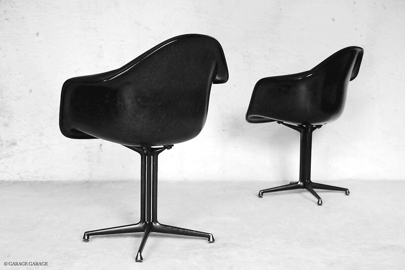 dwa czarne fotele stojące tyłem