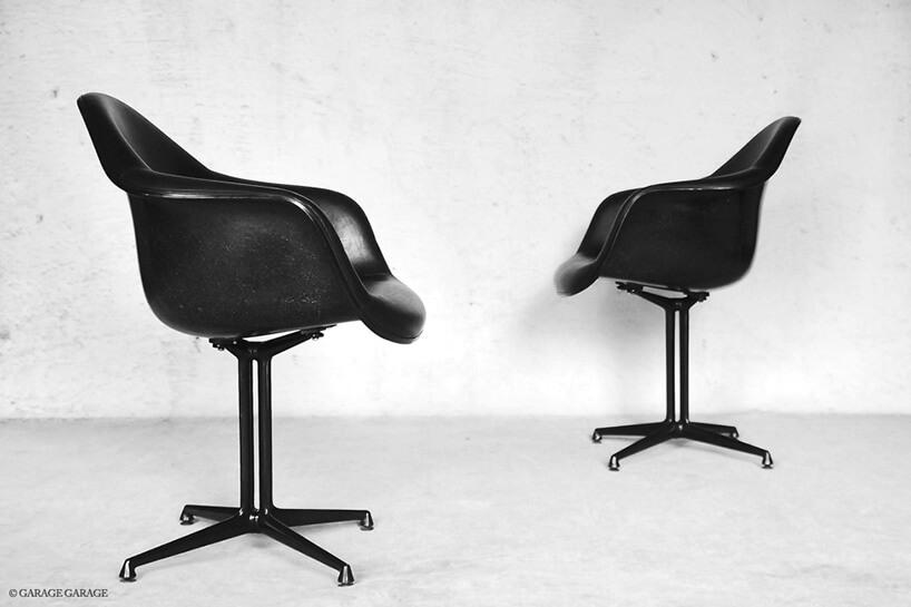 dwa czarne fotele stojące na szarej podłodze