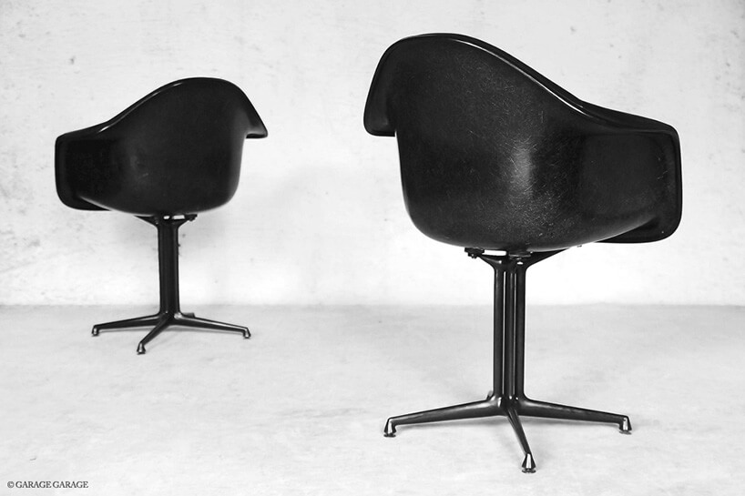 czarne fotele stojące do siebie tyłem