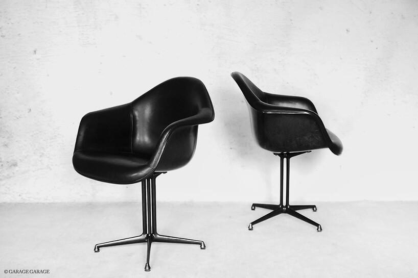 czarne fotele zpojedynczą nogą bez kółek