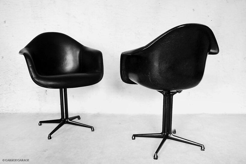 dwa czarne fotele stojące na przeciwko siebie