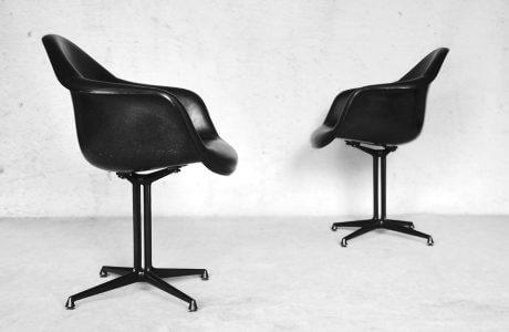 dwa czarne fotele w stylu biurowym