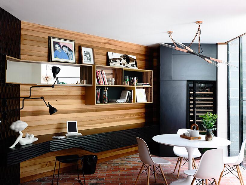 czarno-drewniane wnętrze