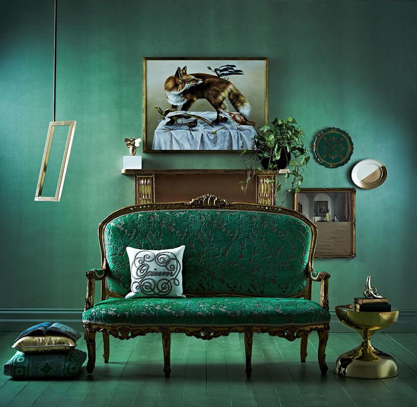 zielna klasyczna sofa wzielonym wnętrzu