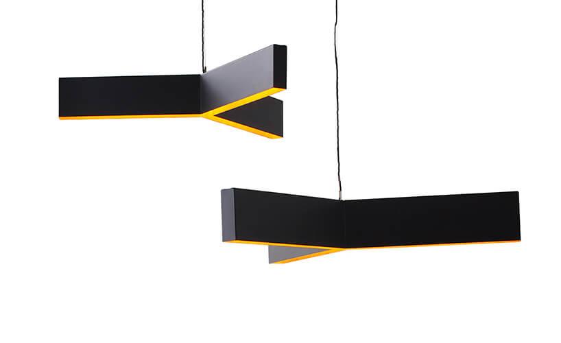 duże czarne lampy zżółtymi wstawkami